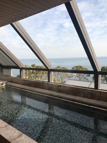 兵庫県の南に位置する淡路島にも、温泉が湧いています。洲本地域には特に有名な「洲本温泉」があり、海を眺めながらの温泉が楽しめるお宿もたくさんあります。観光とあわせてぜひどうぞ。こちらの画像は「海のホテル 島花」の内湯です。