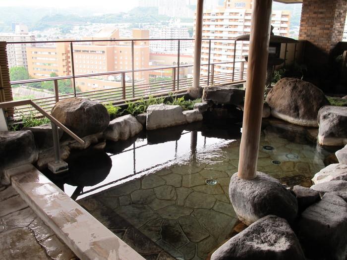 宝塚地域は、明治時代に「宝塚温泉」が見つかり栄えていました。明治44年、宝塚新温泉が造られ、宝塚少女歌劇団が登場します。後の「宝塚歌劇団」ですね。阪神淡路大震災や、景気の影響で温泉地として賑やかさは少なくなりましたが、こちらのお宿「ホテル若水」では宝塚温泉を楽しむことができます。観劇の際に一緒に楽しまれてみては。
