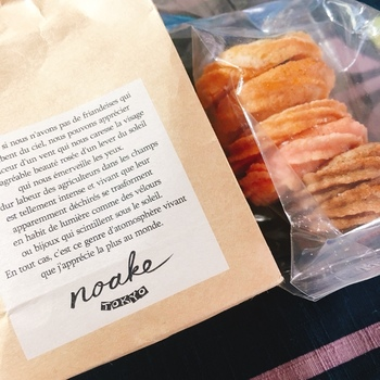 現在、都内に3店舗しか出店していない「NOAKE TOKYO(ノアケトウキョウ)」が、TOKYO Me+(トウキョウミタス)にあります。シンプルなパッケージに入ったマドレーヌやフィナンシェなどの焼き菓子は、どれもミニサイズでちょっとしたギフトに喜ばれそう。