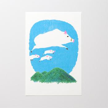 空を飛ぶ親子のイノシシ。見ているだけでほのぼのとした気持ちにさせてくれるデザインです。