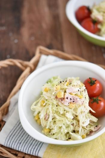 レンジで作れるコールスローサラダ。 ベーコンの旨みがきいた、深みのある味。コロッケやハンバーグなど、メイン料理の付け合わせにも最適です。