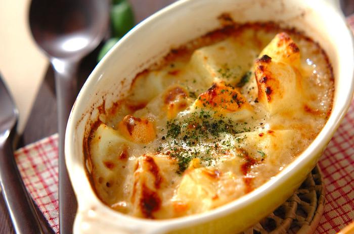 ジャガイモ、玉ねぎ、ゆで卵にたっぷりのチーズが入った子どもも喜ぶ「焼きチーズポテト」。ジャガイモは耐熱ボウルに入れてレンジで下ごしらえをし、仕上げはオーブンで焼き色をつけ、熱々を食卓に♪寒い夜に食卓の雰囲気まであたたかくしてくれそうなレシピです。