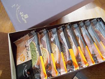 日持ちする手土産として重宝するのが「和ラスク」。上品な甘さの和三盆と、専用のフランスパンに丁寧に塗った北海道産の発酵バターの風味があとを引くおいしさです。