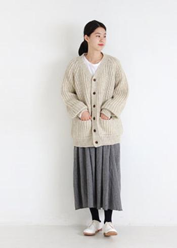 ナチュラルな風合いのロングスカートには、お尻まですっぽり隠れるニットカーディガンを合わせて。白のレースアップシューズなら程よい抜け感がプラスされます。