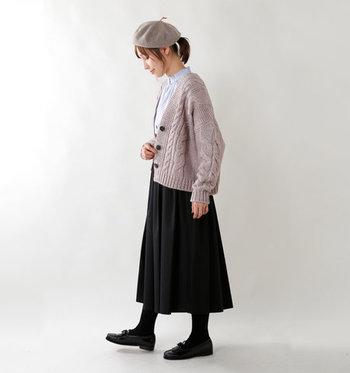 程よいゆとりのあるシンプルなケーブルニットカーディガンは、ロングスカートやブラウスを合わせた上品なスタイルにもピッタリ。足元は黒タイツ&ローファーを合わせて引き締めて。