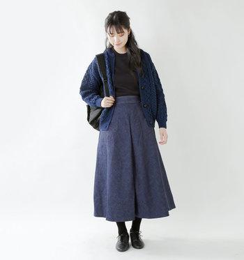 落ち着いたデニムのロングスカートには、知的な印象を与えるパシフィックブルーのニットカーディガンをON。インナーと足元は黒でスッキリまとめましょう。