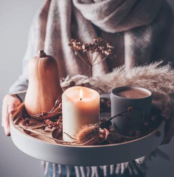 冬となり、本格的な寒さを感じるようになりました。自然とお家で過ごす時間が増えていきますが、お部屋をよりリラックスできる空間に演出しませんか。そこでおすすめしたいのが、「アロマキャンドル」。  香りがよく、インテリアアイテムになるうえ、キャンドルの炎のゆらぎには、癒しの効果(ライトテラピー)もあるんですよ。