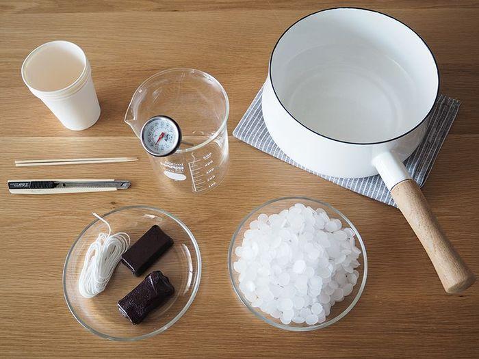 石油化合物であるパラフィンを仕様したワックス(画像:白い粒々)で、キャンドルの中でも最も一般的に使われています。 お誕生日ケーキに使っているキャンドルも、たいていパラフィンです。安価で手に入りやすく、初めて手作りする時、気軽に試しに作ってみたい時におすすめ。 石油由来の成分のため、消した後は独特のにおいが残ります。