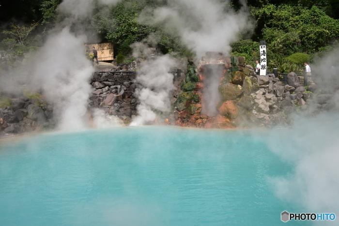 泉質の異なる8つの温泉地からなる別府温泉。とにかく資源が豊富で、約2,300もの源泉数を有するのは日本でもここだけです。また、赤・青・泥などの源泉を周遊する「地獄めぐり」も有名で、温泉も観光も楽しめる温泉街となっています。