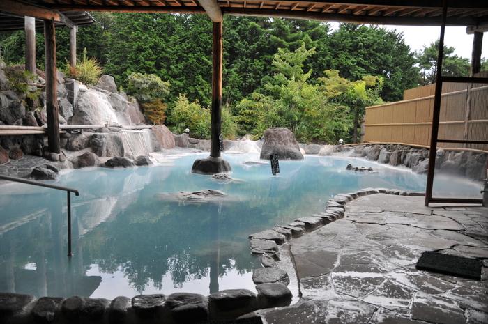 冬のお楽しみといえば、やっぱり温泉は外せませんよね。日本一の「おんせん県」と銘打つ大分県は、温泉の数もさることながら泉質も豊富で、温泉好きにはたまらないスポット。湯ざわりや効能の違いを感じながら、温泉巡りを楽しんでみませんか。