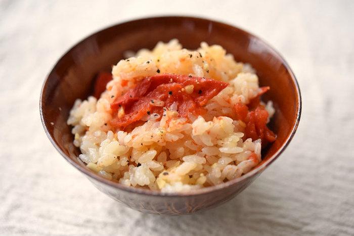 ご飯にのせる赤い色どりのものは、梅干しやサケだけではありません。トマトだってアリなんです!大きく切ったトマトと薬味を出汁で炊くだけの簡単レシピ。おかずに「茶色注意報」が出始めたら、こんなレシピに助けてもらうのもいいですね。