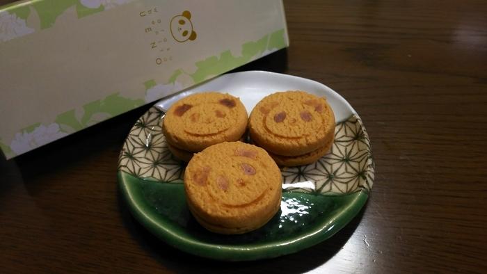 パンダの焼き印が入ったクッキーにカカオ豆入りのクリームがサンドされた「KAWAIIパンダクッキー」は、ザクっとした食感がやみつきになるおいしさ。ほかにも、いちごとショコラ味を楽しめます。パッケージも可愛く、上野らしい手土産になりますね。
