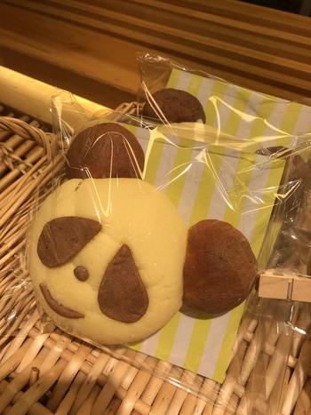 上野店でしか買えない、しっとり生地のメロンパン「パンダパン」は、土日祝日の限定販売。ひとつひとつ表情が違うところも人気の秘密。あっという間に売り切れてしまうので、購入はお早めに!