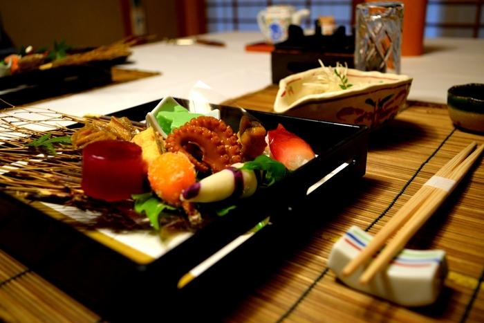 由布院ではめずらしく本格京風会席料理が味わえます。熟達の料理人が創意を凝らす料理は、目を奪われるような美しさ。食事のあとは、自慢の檜風呂や岩風呂で贅沢リラックスを。