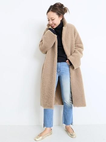 切りっぱなしの裾がおしゃれなデニム。今年注目のもこもこコートと合わせれば流行も取り入れられてぐっとおしゃれさんに♪