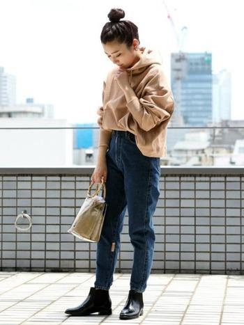 ハイウエスト&テーパードのレトロなデザインはEDWIN(エドウィン)の女性のためのデニムブランド「SOMETHING/サムシング」のもの。ストレッチも効いていて履きやすいのに、シルエットがとても綺麗なのはさすが歴史あるデニムメーカー!トップスの裾をラフに出してこなれ感もたっぷり♪
