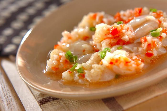 カルパッチョはホタテの優しい甘みがよく感じられるお料理です。赤パプリカと玉ねぎを細かくみじん切りにするとホタテに馴染みやすくなります。