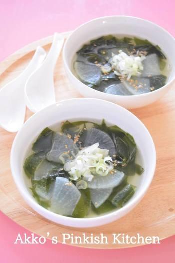 焼肉や餃子など味の濃いもの、油の多いものと一緒に食べるとより美味しさを感じるあっさりスープ。朝ごはんにはスープにご飯を入れて雑炊にしてもよさそうです。