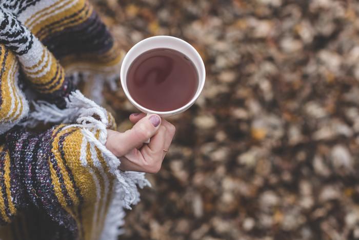 比較的、馴染みのある飲み物ですが、その種類や味の違いなどをご存知でしょうか。今回は、「紅茶」「フレーバーティー」の基本と、おうちでできるアレンジティーのレシピ、紅茶と相性のいいお菓子や揃えたい道具などをお届けします。