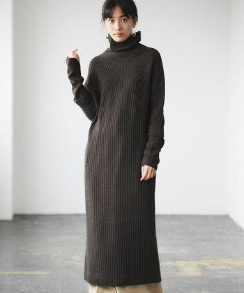 少し個性的な気分の日には、袖にアクセントのあるひと味違ったデザインのものを。袖の編み目が切り替えてあるので、まるで重ね着をしたようなコーディネートに。