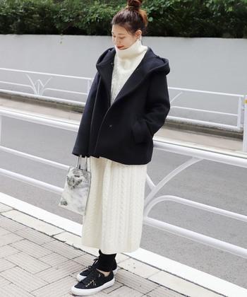 かわいらしさを高めてくれる、ケーブル編みのニットワンピース。ハイネックで抜け感をプラスすることで、ほっこりとした冬らしい着こなしが完成♪