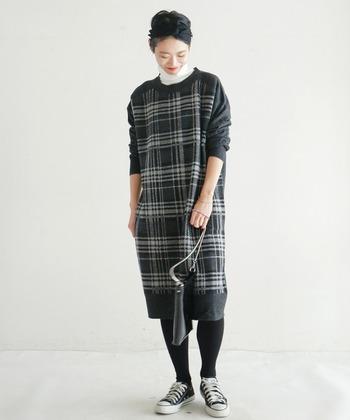 メンズライクな空気感を持つ、ジャガード織りで作られたチェック柄のニットワンピース。大きめのサイズ感なので、着心地の良さも抜群。合わせ方次第でカジュアルにも女性らしくも着ることができます。