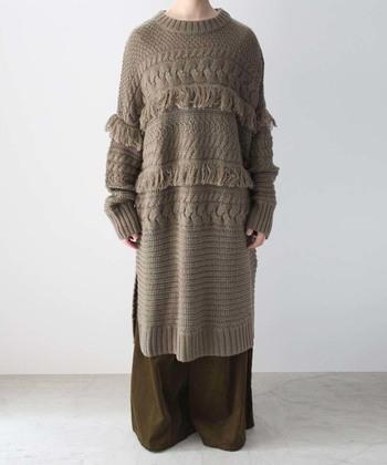 ざっくりと編まれたオーバーサイズのニットワンピースは、どこか懐かしい雰囲気。胸元にあしらわれた大きなフリンジが、着こなしに冬らしいアクセントをプラスしてくれます。