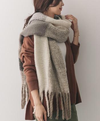 冬らしい着こなしを演出してくれる、大判のチェックストール。程良い厚みがあるので、くるんとひと巻きするだけで、あたたかみのあるおしゃれな装いに。