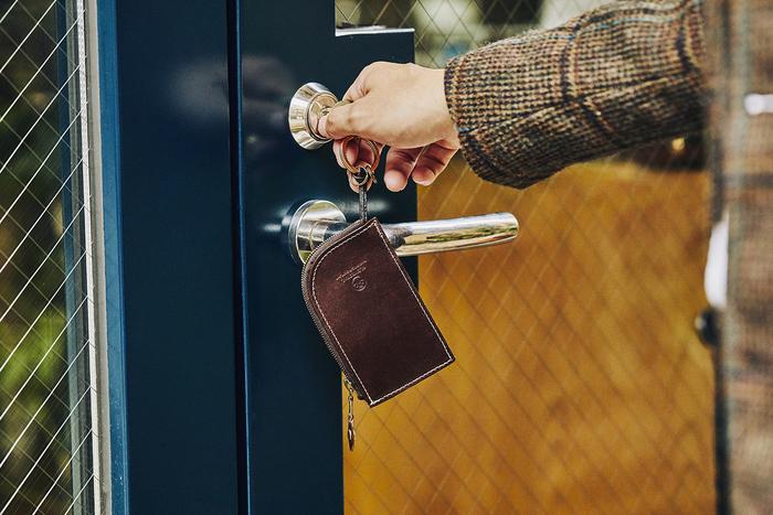 朝と晩、毎日2回は使用するキーケースも実用的でおすすめ。ケース内にキーホルダーがついていて、複数の鍵を収納できます。ジップでしっかり開閉するタイプなので、鍵以外にも細かな貴重品を一緒に収納したり、単独で小銭入れとして使ったりと汎用性が高いのも魅力です。