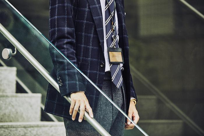 """仕事中に身につけるIDケースも、さり気なく""""良いモノ""""を使っていると、職場で一目置かれる存在になりそう。ストラップ部分とケースにフルブライドルレザーを使い、スーツスタイルをより大人らしく見せてくれます。また、カジュアルスタイルの職場でも、上品な佇まいのIDケースが装いをワンランク好印象に。オフィスでも気を抜かない、こだわりを持つ男性に喜ばれそうですね。"""