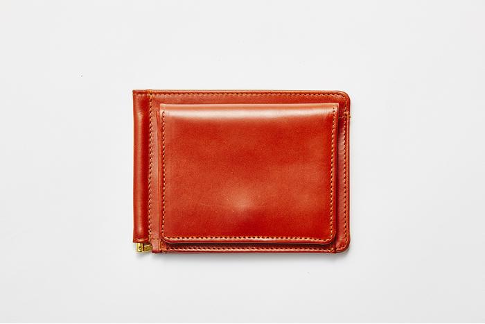 外側にコインポケットが付き小銭もしっかり収納できるだけでなく、カードポケットが7つもあるので、これひとつで十分。それでいて、とてもスリムなのでポケットが膨らんで着こなしが崩れることもありません。「こんなの欲しかった!」そんな男性たちの声が聞こえてきそうです。