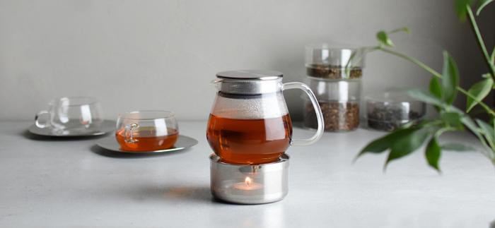 透き通ったガラスがシンプルで美しいKINTOのティーウエア「UNITEA」シリーズ。ストレーナー(茶こし)が蓋と一体になった「ワンタッチティーポット」は、お手入れの手間を省き、紅茶がより身近に楽しめます。小さなキャンドルでポットを温めるティーウォーマーは、テーブルでゆっくりと暖かなひとときを楽しむのにぴったりです。