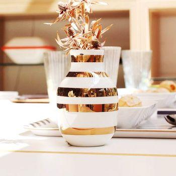 色やサイズの豊富さもオマジオの魅力。  ケーラー175周年記念の「Omaggio Anniversary Vase Brass(ブラス)」は、その名の通り、真鍮の深みある金色が華やかな一品です。