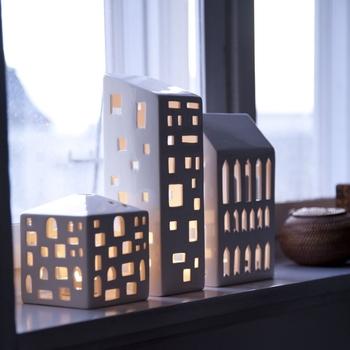キャンドルをともすと、この通り。真っ白なおうちに窓からこぼれる灯りが、とってもキレイ。いくつか並べれば、ちいさな街のできあがりです。