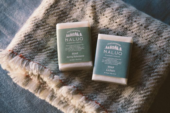 『NALUQ/ナルーク』シリーズのメインは、凛と澄み透った森の香りをベースにつくられた2つの香り。春に芽吹く花々をイメージした「スプリング・エフェメラル」と、トドマツの森をイメージした「ライケン」。ソープ、ハンドクリーム、リップバームなどに展開されています。