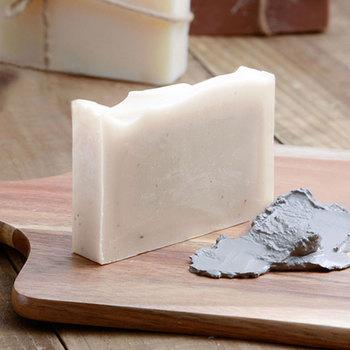 せっけんは熱を加えないコールドプロセス製法でゆっくりと丁寧に製造。こちらはシラカバ樹液や米ぬかのほか、北海道蘭越町の温泉の「どろ」を練り込んだ「スパ」。