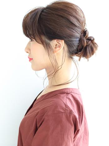 カジュアルなお団子ヘアも、上下に分けた耳上の髪をお団子にして、残りの髪をねじりながら巻き付けるだけでオフィス仕様に。とっても簡単ですが、きちんと感のあるエレガントスタイルの完成です。