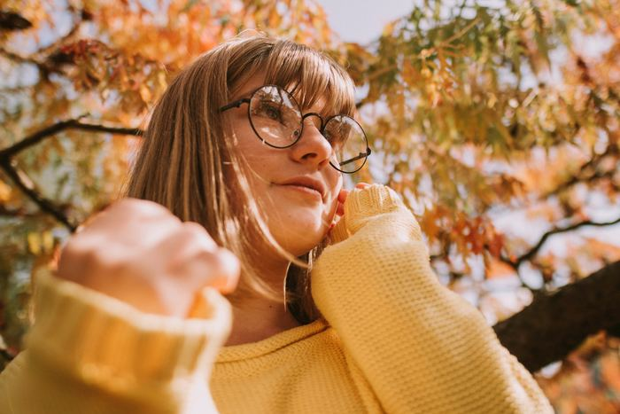 コンタクトレンズを日常使いしている人は、使用していない人に比べて、目が乾燥しやすい状態にあります。コンタクトを使用すると、涙の成分がコンタクトレンズに吸い取られたり、涙が蒸発しやすくなったりしてドライアイを招きやすいのです。 このようにコンタクトはメガネよりも目にかかる負担が大きいです。ですので、できるだけメガネを使う方が目には良いのです。 アイケアではありませんが、疲れ目予防としてオススメの方法です。