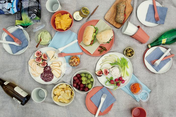 お料理の見映えを邪魔しないけれど華やかさもあるカラーバリエーションは、日常遣いにも重宝します。大人数のパーティーでも、このシリーズが揃っていれば器にあれこれ迷う必要もナシ。アウトドアとインドア、どちらのテーブルコーディネートも上手にまとめてくれます。