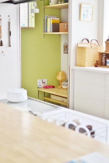 キッチンのちょっとした隙間に作られたワークスペースです。コトコト煮込むお鍋料理の間にも読書や縫い物などが楽しめますね。