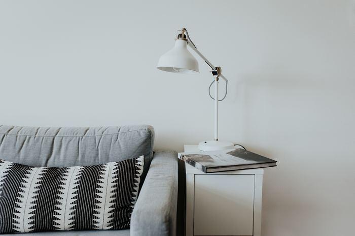 インダストリアルデザインがかっこいいデスクランプです。おしゃれなデザインでありながら優れた機能性と使いやすい実用性があって、お部屋のどこに置いても素敵です。