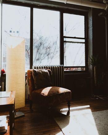 歴史が感じられるふかふかなソファも雰囲気があります。渋い色合いが和室にも合います。
