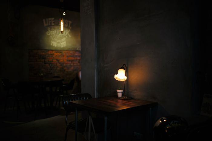 広い空間にポツンと古い電気スタンドをだけ置きます。まわりに余計なモノを置かずにあたたかみのあるランプの灯りとガラスシェードのデザインだけが引き立って見えます。