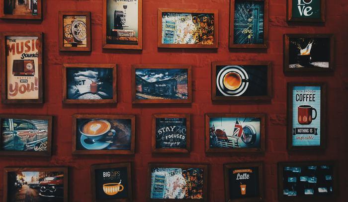 フレームと中身のテイストを合わせると、このように並べて飾ってもセンスよくかっこいい壁になります。