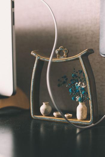 ドライフラワーを挿した陶器のヴィンテージのボトルと小さい徳利とお猪口の組み合わせでしょうか。和室にも合う素敵なディスプレイですね。