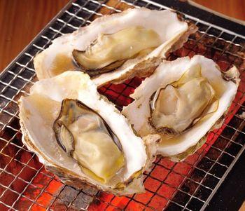 こちらは、仙台駅前にある、街の中の牡蠣小屋。時間のない方にもおすすめのアクセス抜群なお店です。このお店では、石巻直送の殻付き牡蠣が名物で、お値段もリーズナブル。宮城の旅のしめくくりに立ち寄るのもいいですね。