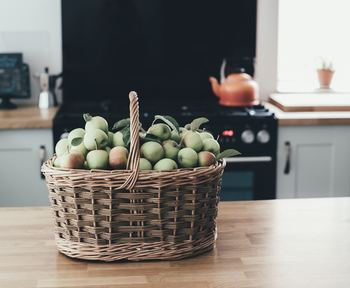 キッチンでも大活躍のヴィンテージのバスケット。見た目の可愛さと味わいある質感で、見せる収納にもピッタリです。