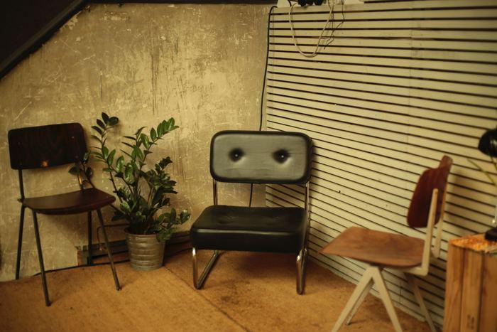 椅子から漂う渋い雰囲気がお部屋全体をセンスよく仕上げてくれます。