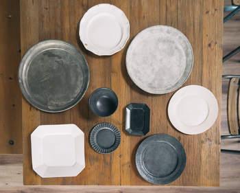 古いお皿やお菓子の型などはそれぞれに表情があり、味わいある古道具です。使い方はさまざまですが、そのまま飾るだけでも楽しむことができます。
