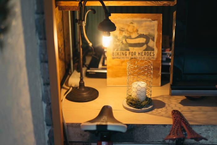 アイアン製の質感とむき出しの電球が素朴で渋い電気スタンドです。一緒に置く雑貨もセンスのいいモノを置きたいですね。